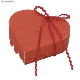 Картонени кутийки, червени сърца